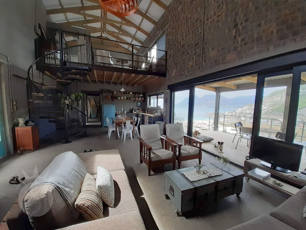 Great Heights: Shoot My House Contemporary Location Glencairn-Heights Cape Town